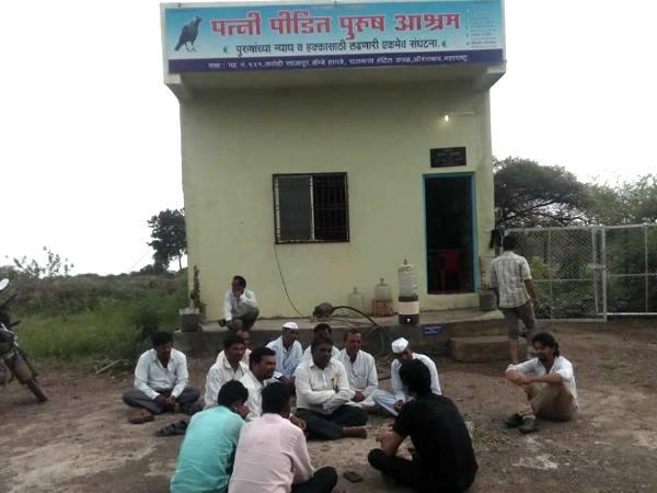 बीवी से पीड़ित पतियों ने वट पूर्णिमा पर की उल्टी पूजा, मांगी अजीबोगरीब  मन्नत | Husbands in Maharashtra worshiped against wife - Hindi Oneindia