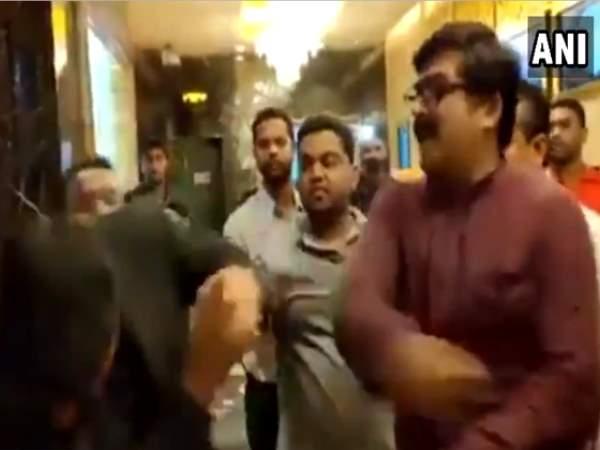 थियेटर मैनेजर के साथ मनसे कार्यकर्ताओं की गुंड़ागर्दी, सामने आया मारपीट का वीडियो