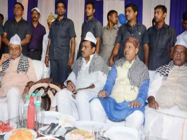 इफ्तार की दावत में राजद, कांग्रेस नेताओं के साथ बैठे नीतीश, हो रही चर्चा