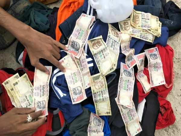 varanasi students found 1 lakh rupess of demonetized notes during bathing in ganga river