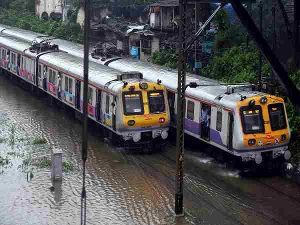मुंबई में आफत बनी बारिश, अब तक 4 की मौत, मुंबई से अहमदाबाद की सभी ट्रेनें  प्रभावित | Heavy rain lashes Mumbai, resulting in water-logging in several  areas, one dead - Hindi Oneindia