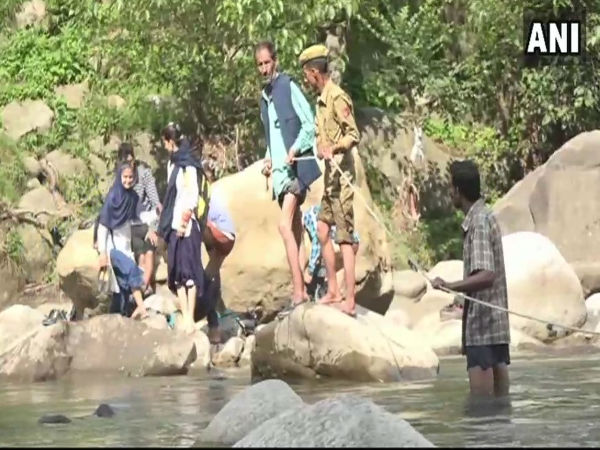 Video:Students of a village in Udhampur cross Tawi river daily to reach their school in Jammu kashmir