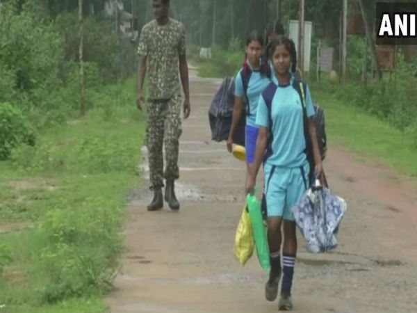 Chhattisgarh: In naxal-affected area of Kondagaon, ITBP jawans of 41st Battalion teach hockey to girl students.