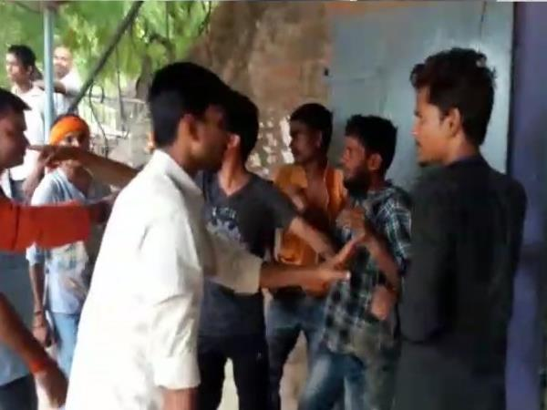 pratapgarh people beaten 3 robbers and hended over them to police