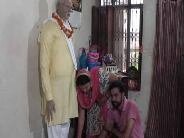 narendra modi fan makes his statue in up