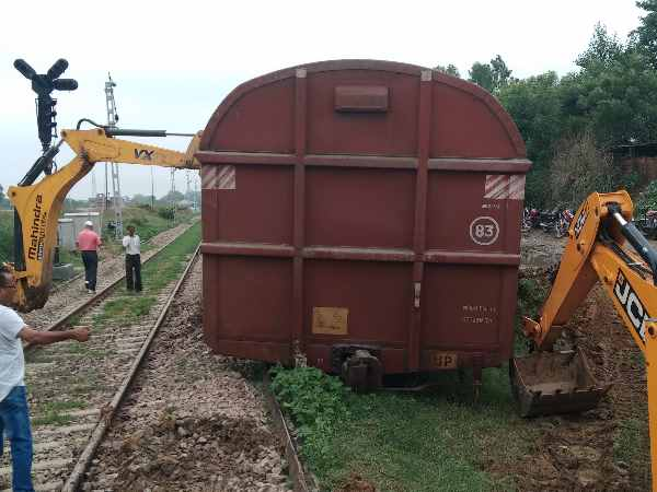 two cartons of goods train derailed in Pratapgarh