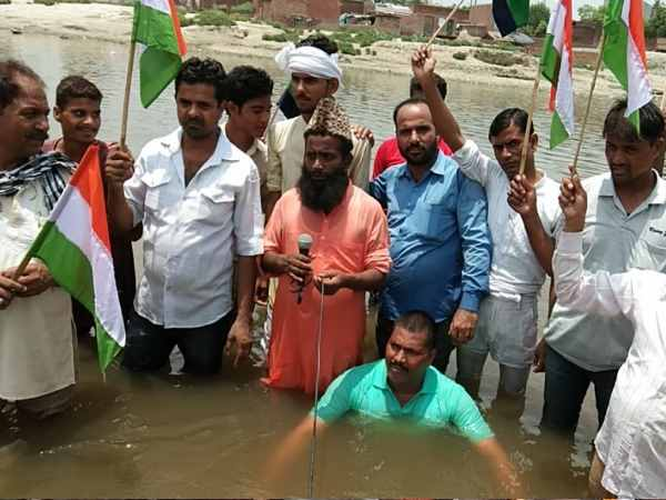 protesters in river over demand in shahjahanpur