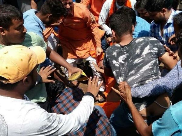 swami agnivesh thrashed by bjp workers in pakur jharkhand