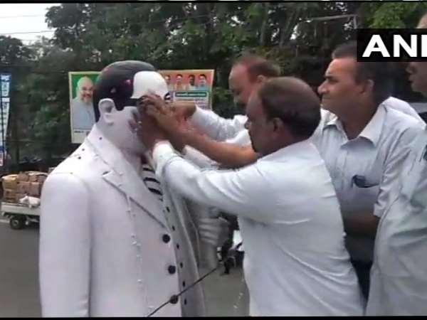 भाजपा सांसद राकेश सिन्हा के माल्यार्पण के बाद दलितों ने गंगाजल से किया अंबेडकर की मूर्ति का 'शुद्धिकरण'