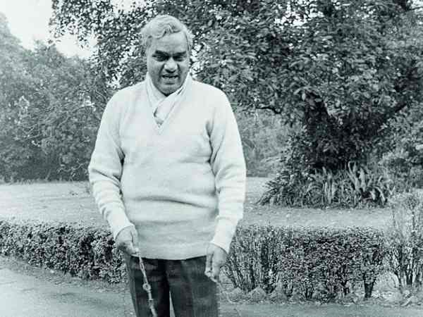 when atal bihari reached gwalior to meet his friends by changing his appearance