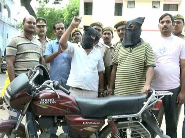 kanpur police arrested the 2 robbers who looted the baroda gramin bank 3 days before