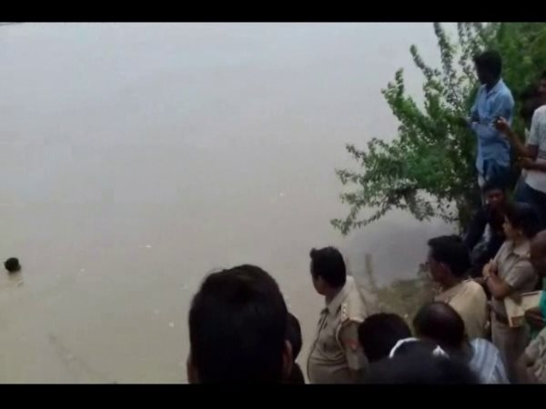 kanpur 3 girls drawn in ganga river one died and one lost