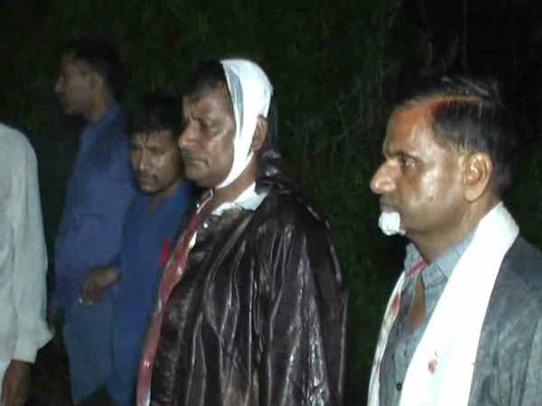 chillies in the eyes looted 12 lakhs in kanpur