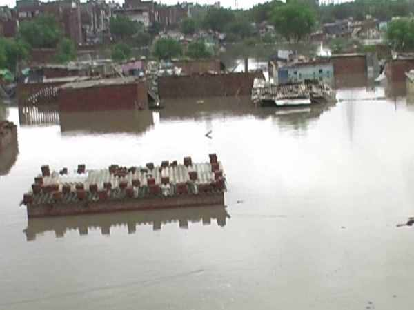 due to heavy rain in kanpur, people forced to vacant their home