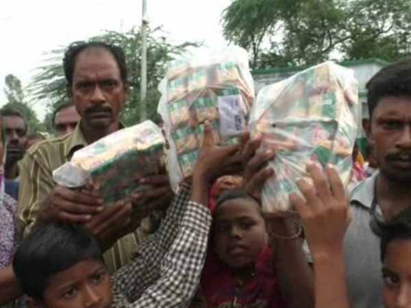 Kanpur administration distributed only 3 packets of biscuit among flood affected 100 families