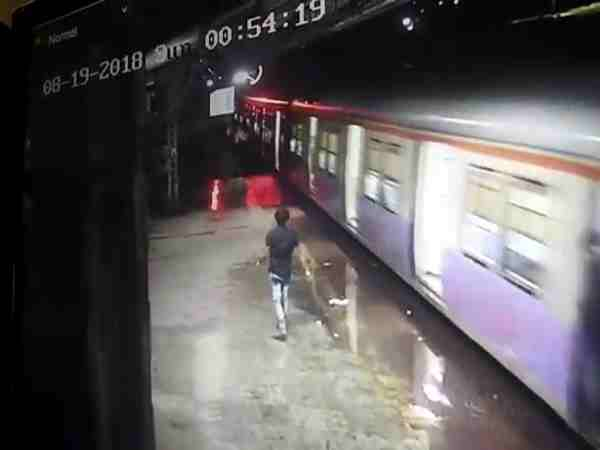passenger jump from running train to save his mobile