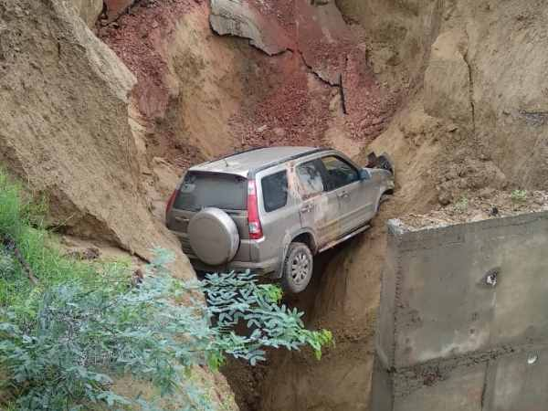 Car carrying 4 passengers falls after Service road on Agra-Lucknow express way