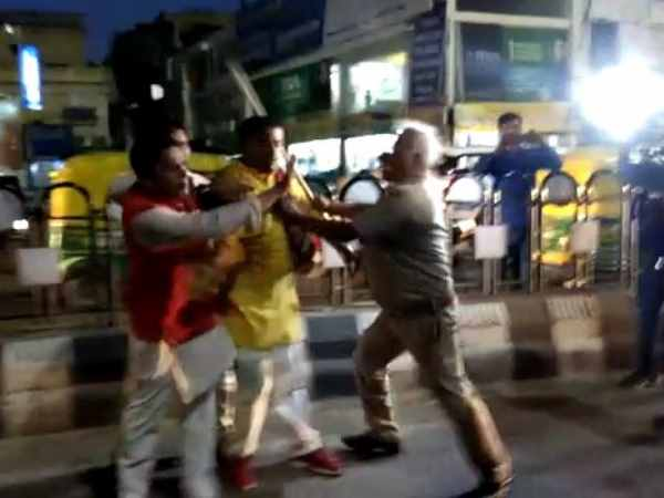 Lucknow police did lathi charge on bhajyumo workers