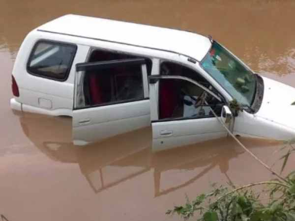 maharashtra Three people of the family with their car flown in Godavari river flood