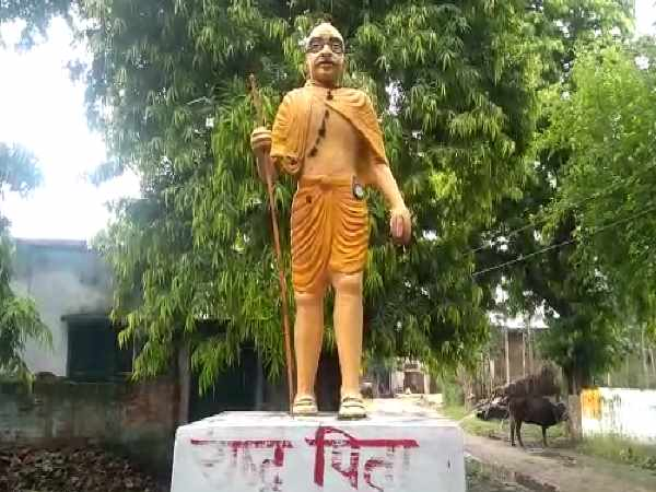 shahjahanpur mahatma gandhis statue has been painted with bhagwa color