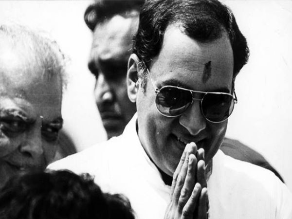 Rajiv Gandhi apologies in public for coming late