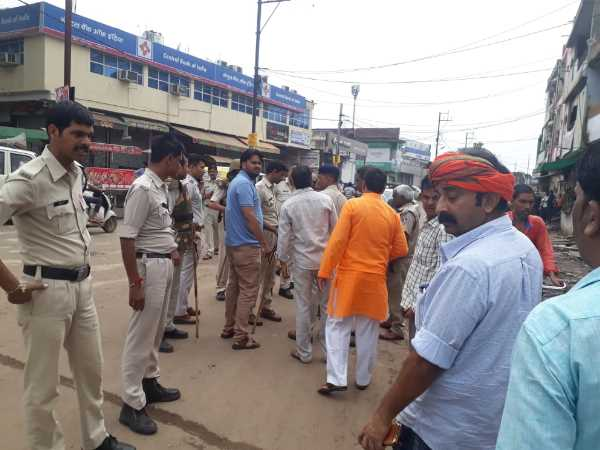 agitators in bhind throw stones on police vechile BJP mla son arrested