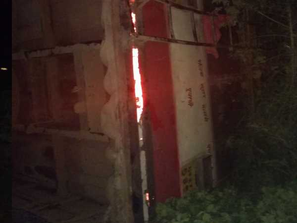 bus going from Palia to Delhi fell under the bridge, passengers were injured