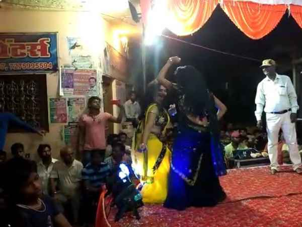 Slut dancing in front of the police in the event of Janmashtami