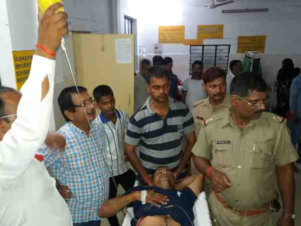 balrampur policemen attack by goons by knife
