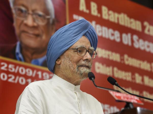 <strong>सैन्य बलों को खुद को सांप्रदायिक अपील से दूर रखने की जरूरत: मनमोहन सिंह</strong>
