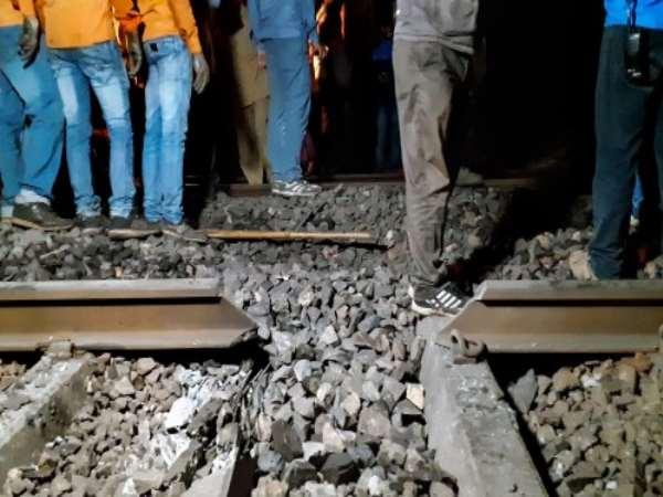 ये भी पढ़ें: आंखो देखी: 'हमें महसूस तक नहीं हुआ कि ट्रेन आ रही है, ट्रेन गुजरी और सैकड़ों परिवार उजड़ गए'