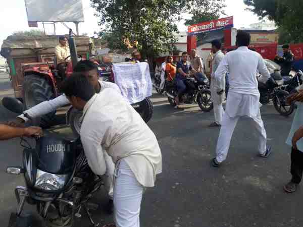 people of two group conflicting in front of kotwali police station in saharanpur