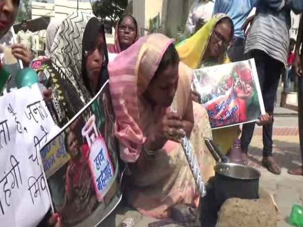 Agra women protest against rising prices of domestic cylinders