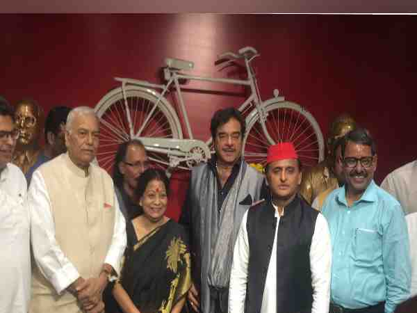 shatrughan sinha and yashwant sinha shares stage with akhilesh yadav in lucknow
