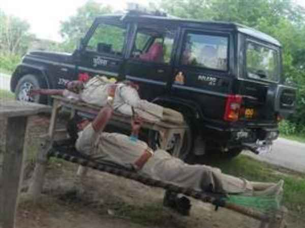 Amethi: up police men sleeping in the dial 100 vehicle