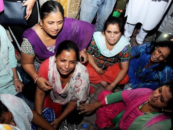 <strong>LIVE: रावण दहन में मची भगदड़, 50 से अधिक लोगों की मौत, प्रशासन ने जारी किए हेल्पलाइन नंबर</strong>
