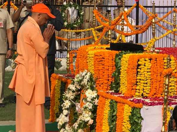 UP CM yogi adityanath paying homage to martyrs on Police Memorial