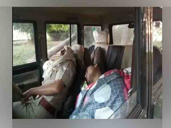 up policemen sleeping in the dial 100 vehicle in shahjahanpur
