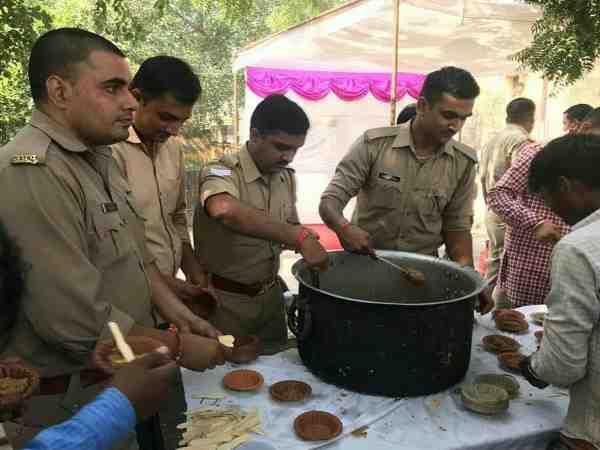 UP पुलिस ने चंदा करके गरीबों को खिलाया खाना, तस्वीरें वायरल