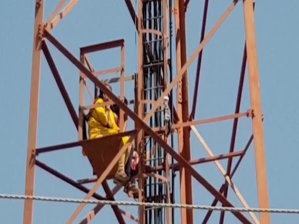 ajmer 14 supporter climbed into tower demands of ending MLAs hunger strike