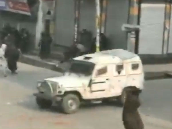 #WATCH:Protesters pelt stones on the vehicles of security forces in Shopian after encounter in Kapran Batagund