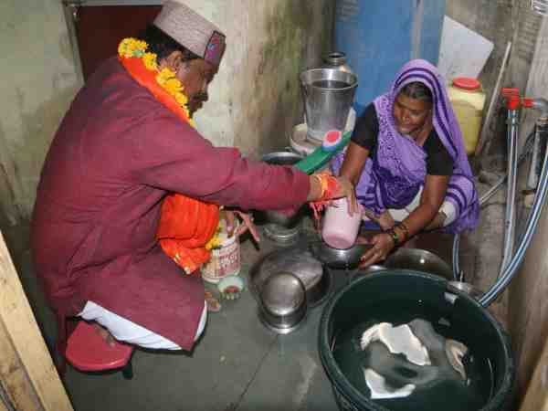 bjp candidate helping women for their votes in elections