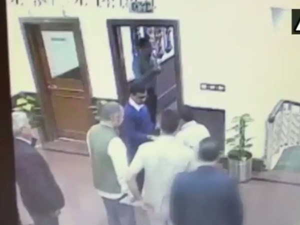 Delhi Chief Minister Arvind Kejriwal attacked with chilli powder live video