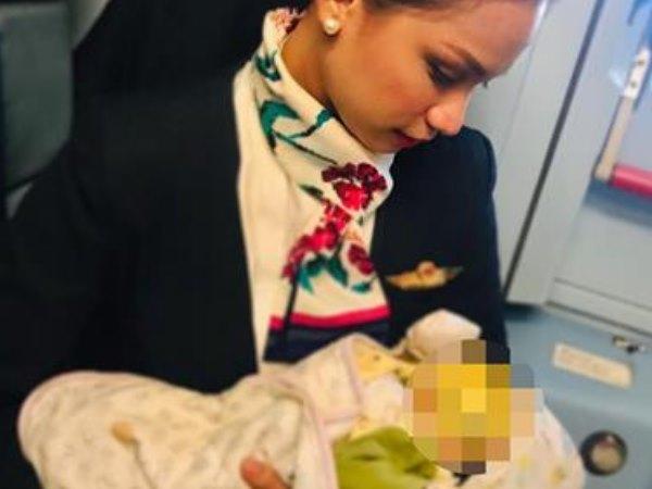 जब फ्लाइट अटेंडेंट ने सब काम छोड़ यात्री की बच्ची को कराया स्तनपान