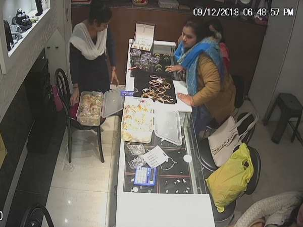 cctv viral of two woman who theft jewellery from shop in hardoi