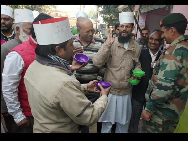 हाथ में कटोरा लिए मदरसा शिक्षकों ने मोदी-योगी के नाम पर मांगी भीख