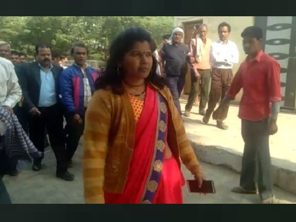 Viral Video, angry woman, woman reaction, agra, police chowki, woman losing purse, agra police, crime, वायरल वीडियो, आगरा, पुलिस, uttar pradesh police, uttar pradesh, police station in Agra, police station