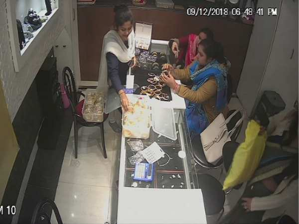 cctv viral of two woman who theft jwellery from shop in hardoi