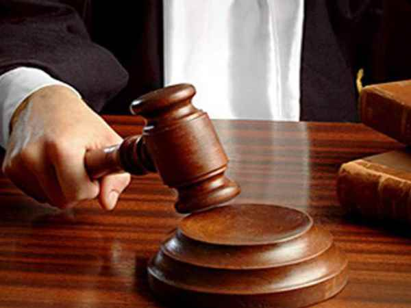 accused threw slipper on judge in the court in thane