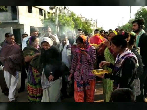 Rajkot: Seven daughters did funeral procession to their mothers dead body